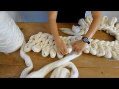 Elle réalise une superbe couverture en laine sans utiliser de crochets !