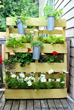 Flower Pallet Garden - <3 this upcycled planter! For tutorials, videos and loads of pallet projects for your garden see http://themicrogardener.com/20-creative-ways-to-upcycle-pallets-in-your-garden/ | The Micro Gardener