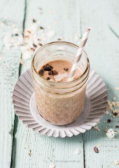 Heute stelle ich euch mein derzeit liebstes Smoothies-Buch vor. Mit einem Kakao-Müsli-Smoothie mit Banane, Haferflocken, Chia, Kakaonibs und Macadamiamilch