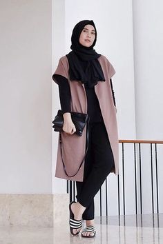 You don't have to give up on your Hijab to look fashionable. Get the modern Hijab street style look with these tips. Modern Hijab Fashion, Street Hijab Fashion, Hijab Fashion Inspiration, Muslim Fashion, Modest Fashion, Fashion Outfits, Hijab Style, Casual Hijab Outfit, Cardigan Outfits