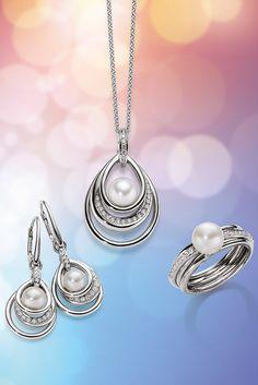 Perlentraum. Die ins Zentrum gestellte Muschelkernperle, wird von der Fassung aus Sterling Silber liebevoll getragen und von weiteren schimmernden Zirkonia Steinchen umschwärmt.