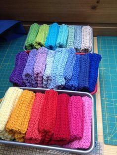 Kjekkere vasking med hele regnbuen i klutskuffen Crochet Potholders, Knit Crochet, Diy And Crafts, Arts And Crafts, Cotton Pads, Craft Sale, Washing Clothes, Textile Art, Pot Holders