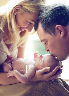 mom and dad with newborn pose :) perfect! Newborn shoot ideas Newborn with his dad Baby Poses, Newborn Poses, Newborn Shoot, Newborn Baby Photography, Children Photography, Family Photography, Newborns, Newborn Twins, Photography Props