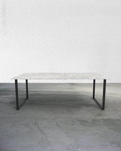 De Edgar tafel wordt gemaakt met een onderstel in een U-vorm. Een stevige tafel met een tijdloos uitzicht.