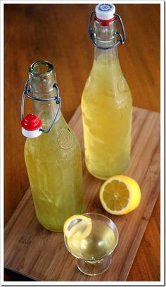 おいしいレモンが手に入ったら、自家製リモンチェッロを仕込んでみましょう! 漬けこむ期間はトータルで2週間ほど。短い期間で作れるのも魅力です。