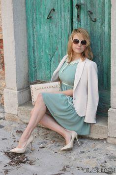 Principesse moderne in bilico tra tacchi a spillo e occhiali color cipria…