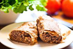 Ein beliebter kroatischer Snack ist der Burek. Er hat seine Wurzeln unverkennbar in der osmanischen Küche - dort kennt man ihn unter dem Namen Börek. Ein Burek ist ein Teiggericht, das traditionell mit Fleisch gefüllt und mit einer Art Blätterteig umschlossen ist. Es gibt ihn in verschiedenen…