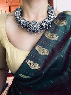 Silver Necklace – Page 2 – Tamara Simple Sarees, Trendy Sarees, Stylish Sarees, Saree Blouse Patterns, Saree Blouse Designs, Saree Jewellery, Jewellery Box, Jewelry Necklaces, Indian Look