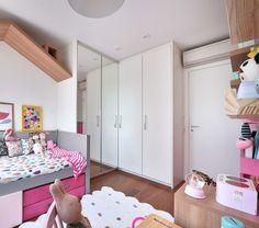 Projeto da Gruu Arquitetura com @amomooui colorindo o quarto!  O conforto fica por conta do nosso lençol Chuva, manta Rosa listrada e muuuitas almofadinhas de estampas diferentes! Na parede a régua de altura Bosque Rosa é perfeita para decorar e ainda acompanhar o crescimento do baby ao longo dos anos. #quartodemenina #quartorosa #quartocolorido #kidsroom #quartomoderno #ludico