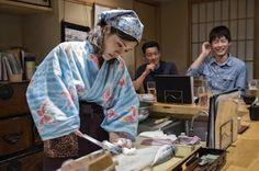 Sushi contra el machismo japonés. Infundadas creencias populares han hecho que las mujeres estén de facto vetadas como cocineras de sushi. Las jóvenes que gestionan un pequeño restaurante de Tokio se rebelan contra la tradición. Zigor Aldama | El País, 2016-07-26 http://elpais.com/elpais/2016/07/11/planeta_futuro/1468257546_638967.html