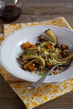 Con poche mosse una semplice zucca e dei finocchi si trasformano in un piatto irresistibile: orzo con zucca e finocchi al forno.