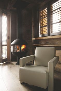 Cheminée, poêle à bois : 8 coins cheminée déco - Côté Maison Foyers, Home Fireplace, Sweet Home, Coins, Fire Places, Home Decor, Future House, Wood Burner Fireplace, Wood Walls