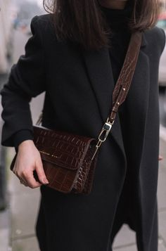 Chylak Minimalist dashion Minimal style outfit inspo Brown croc skin handbag All. - Chylak Minimalist dashion Minimal style outfit inspo Brown croc skin handbag All black outfit Stree - Fashion Mode, Look Fashion, Trendy Fashion, Winter Fashion, Womens Fashion, Fashion Black, Classy Fashion, 80s Fashion, Fashion Spring