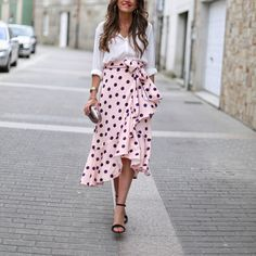 Fashion Dresses Cutest pink and black polka dot ruffled midi skirt with simple white shirt. Classy Outfits, Vintage Outfits, Cute Outfits, Vintage Fashion, Skirt Fashion, Fashion Dresses, Mode Inspiration, Dot Dress, Skirt Outfits