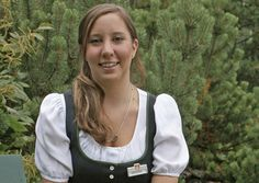 Helena Schmölzer. Auszubildende Hotel- und Gastgewerbeassistentin und Restaurantfachfrau. Helena ist beim Schrunnerhof in Winkl zu Hause. Unser Herbert kehrt immer wieder gerne mit den Wanderern zum Stärken dort ein. Der Wunsch von Helena ist es, in ihren vier Ausbildungsjahren ein fundiertes Fachwissen zu erlangen.