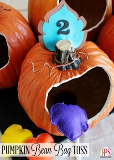 Pumpkin Bean Bag Toss Game - this is a great idea for a Halloween or Fall Birthday party. Halloween Games For Kids, Kids Party Games, Halloween Activities, Halloween Crafts, Halloween Ideas, Golf Halloween, Halloween Festival, Spooky Halloween, Haloween Games