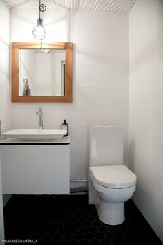 Pukkilan kuusikulmainen laatta, Aspen allaskaappi, valkoinen sormipaneeli, Design House Stockholmin Work -valaisin.