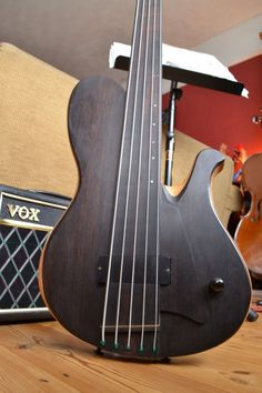 Bass of the Week: Joe Goldsmith Fretless Singlecut Bass