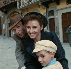 "Roberto Benigni, Nicoletta Braschi y Giorgio Cantarini en ""La Vida es Bella"" ( La vita è bella), 1997"