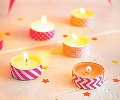 Simpel en snel een vrolijk en feestelijk versierde tafel met deze gekleurde waxinelichtjes die je gewoon kan maken met een stukje tape