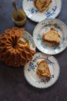 Mañana es el Día Internacional del Bundt Cake. A lo mejor nunca lo habías escuchado, como yo hasta no hace mucho, pero es que estos bizcochos densos son tan populares en Estados Unidos que hasta tienen su día especial oye. ¡No me extraña nada! Además de riquísimos es que los Bundt Cak