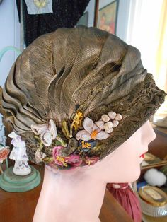 Items similar to Beautiful Flapper/Great Gatsby/Downton Abbey Gold Threaded Lame Helmet Cloche/Hat with Ribbonwork Flowers on Etsy Vintage Dresses, Vintage Outfits, Vintage Fashion, Vintage Style, Fascinator Hats, Headpiece, 1920s Hats, Decorative Hair Combs, Flapper Hat