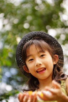 横浜市港の見える丘公園のバラ園でバラの花びら集め中の娘です。(ニックネーム:PTさん)