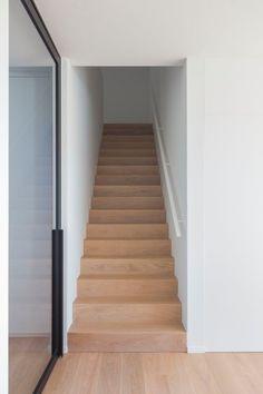 Realisatie | Privéwoning Bierbeek | Schoeffaerts Afwerking & Interieur Interior Stairs, Interior Architecture, Stair Decor, Modern Stairs, Attic Renovation, House Stairs, House Goals, Minimalist Home, Stairways