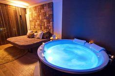 Die Love Suite im KOWALD LOIPERSDORF für besonders romantische Tage! Bathtub, Hot, Outdoor Decor, Home Decor, Vacation, Standing Bath, Bathtubs, Decoration Home, Room Decor
