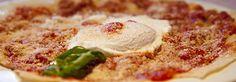 E' ottimo da gustare accompagnato a salumi, formaggi e carni oppure nella versione guttiau, con un filo d'olio e un po' di sale e leggermente abbrustolito, o ancora salitu, o frattau. In questo caso il pane viene immerso per un tempo brevissimo in acqua salata bollente, per poi essere disposto sul piatto, alternato a strati di sugo di pomodoro e pecorino grattugiato, con l'eventuale aggiunta di un uovo in camicia cotto nella stessa acqua.