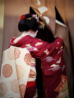 Details of the gret red set of the maiko Ichimomo (now geiko). You can see the details of the makeup on her neck, her obi and her beautiful kimono, her pretty obijime (the ornament on her obi) and her...