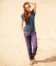 Purple linen chinos and a blue V-neck top - HM