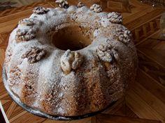 Nastrouhanou Margotku smícháme s moukou, kypřícím práškem a rozinkami. Ušleháme žloutky s moučkovým a vanilkovým cukrem a s olejem a postupně... Czech Recipes, Pound Cake, Kefir, Pudding, Pie, Bread, Breakfast, Sweet, Bakken