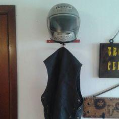 Ateliê 141 - suporte para capacete e colete 998324800 by marciofreddirossi