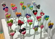 The cornstarch clay is so easy! Polymer Clay Pens, Polymer Clay Figures, Polymer Clay Projects, Polymer Clay Creations, Handmade Polymer Clay, Clay Art For Kids, Clay Keychain, Clay Magnets, Diy Y Manualidades