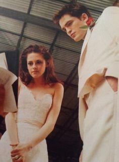 ♥♥BTS pic of Kristen and Rob filming Bella's wedding nightmare scene in Twilight Film, Die Twilight Saga, Twilight Saga Books, Twilight Cast, Vampire Twilight, Robert Pattinson Twilight, Robert Pattinson And Kristen, Edward Cullen, Edward Bella