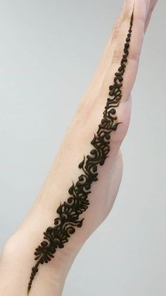 The Heena designs can be abstract or simple ones, and there are so many different ways to create them. Try some Basic And Simple Mehndi Designs For Women. Modern Henna Designs, Henna Tattoo Designs Simple, Latest Arabic Mehndi Designs, Indian Mehndi Designs, Mehndi Designs For Beginners, Mehndi Designs For Girls, Henna Designs Easy, Beautiful Henna Designs, Latest Mehndi Designs