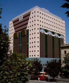The Portland Building in 1982. Image © Steve Morgan via Wikimedia Commons