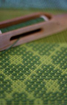 Weave-Away >>> overshot using Bertha Gray Hayes' Trellis pattern