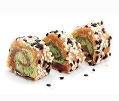 Ett tjusigt recept på plockmat av lax, ruccola, wasabi och sesam. Du gör laxsnurror av ruccolablad, färskost, citron, wasabi, rökt lax och sesamfrön. Utmärkt att servera med andra snittar till fest, eller till förrätt.