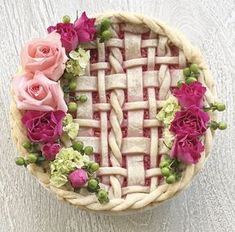 How to Make a Beautiful Pie plus delicious rhubarb raspberry pie recipe. Every year I bake my daughter a beautiful pie for her birthday. Raspberry Rhubarb Pie, Beautiful Pie Crusts, Birthday Pies, Pie Crust Designs, Pie Decoration, Pies Art, Pie Crust Recipes, Pie Dessert, Food Styling
