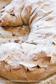 Strudel Ingredienti per la pasta esterna: 250g di farina 0 1 uovo 1 pizzico di sale 2 cucchiai di olio evo circa 1/2 bicchiere d'acqua per l'interno: 2kg di mele (io ho usato le Golden della val di non, ma la ricetta prevede le Gravenstein o le Boskop…Non credo che da noi si trovino…Se vi piacciono un po' più asprigne usate le Renette) 150g di pangrattato 150g di burro 80-100g di zucchero (io ne ho usati 90g) cannella …