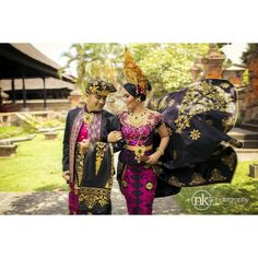 Balinese weddings will definitely amaze you with their richness and magnificence. Traditional wedding clothing involves lots of intricate details. Moreover, during the ceremony both groom and bride usually wear crowns of gold on their heads. Reine Victoria, Traditional Wedding Attire, The Bride Story, Weeding Dress, Korean Couple, Bali Wedding, In China, Royal Weddings, Bridal Gowns