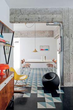 Gosto: vigas e fiação aparentes; integração dos pisos; iluminação