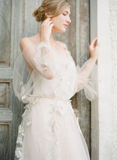 Angelic Bridal Session in Greece by Vasia Photography Classic Wedding Gowns, Elegant Wedding Hair, 1920s Wedding, Ivory Wedding, Dress Wedding, Bridal Session, Bridal Shoot, Wedding Posing, Wedding Photography Inspiration