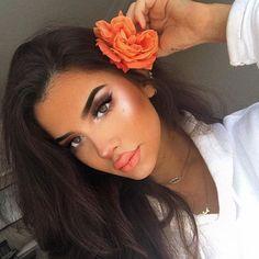 The necklace: @glambyjp Eyebrows: @anastasiabeverlyhills - pomade in ebony Bronzer-Contour: @nyxcosmetics - highlight & contour pro palette Highlighter: @amore.cosmetics - cassiopea cassiopeia Liquid lipstick: @coveteduk - spice Lashes: @felinelashes - ragdoll