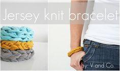 Estos brazaletes están al alcance de cualquier persona, incluso para aquellas que no tienen la menor idea de tejer. Son muy sencillas y puedes aprovechar tus camisetas viejas para elaborarlas.
