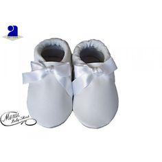 Chaussons bébé en cuir naturel doux et souple, élastique à la cheville pour bien tenir au pied, confort des pieds en pleine croissance Semelle antidérapante en suède, le choix de ce beau matériau à une bonne raison, grâce à sa douceur, le pied de votre enfant peut grandir en toute liberté. Chaussons bébé cuir souple, enfilés en 3 secondes, favorise l'équilibre et l'apprentissage de la marche car votre enfant sent le contact du sol sous ses pieds Coloris: blanc avec un noeud en s