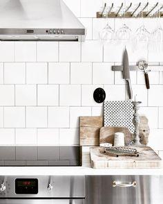 En närmare titt på köket med de rostfria luckorna som var med för 3 veckor sen. Handtaget 5854 är ju döcoolt till modern industriell inredning.