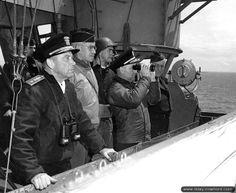 """06/06/1944 - 13:41 - Omaha Beach: Le général Omar Bradley, sur le navire amiral Augusta, reçoit le rapport suivant : """"Troupes auparavant stoppées sur plages Easy Red, Easy Green, Fox Red, progressent sur hauteurs derrières plages""""."""